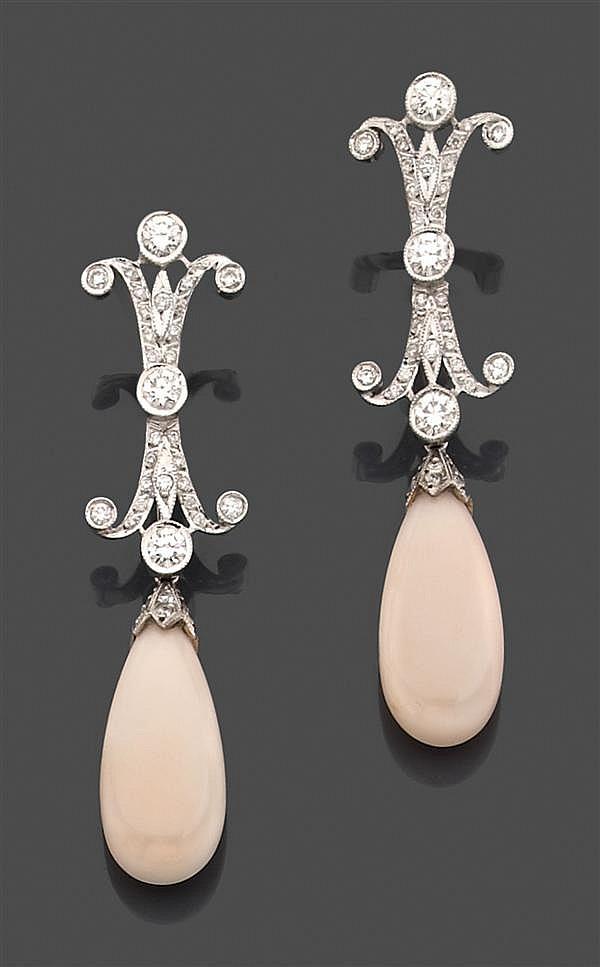 Paire de pendants d'oreilles en or gris, composés d'un motif à arabesques serti de diamants taille brillant soutenant une poire de c...