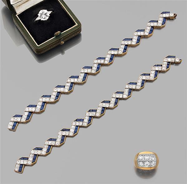 Magnifique paire de bracelets en or jaune et platine, en forme de zigzag serti de diamants taille brillant (TA) en serti à grains et...