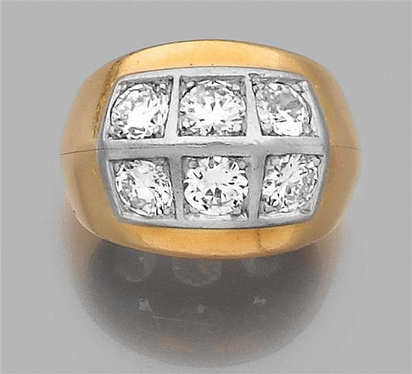 RENé BOIVIN Années 1940 Bague chevalière dôme de dame en or jaune, le corps comporte une arête ornée de six diamants taille brillant...