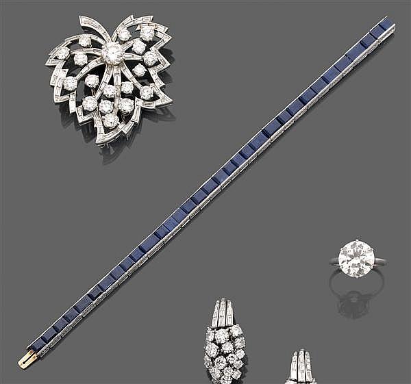 TIFFANY & CO Années 1950 Bracelet ligne articulé en platine finement gravé, orné de saphirs carrés et rectangulaires taillés à degré...