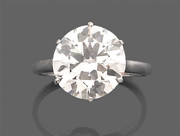 Bague diamant solitaire en platine, ornée d'un diamant taille brillant (TA) monté en solitaire. Travail français. Poids brut : 4,4gr...