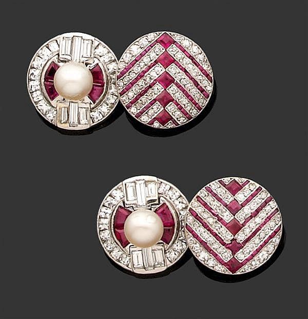 Paire de boutons de manchettes en platine et or gris 14K, de forme circulaire, ornés d'une perle (non testée) au centre entourée de ...