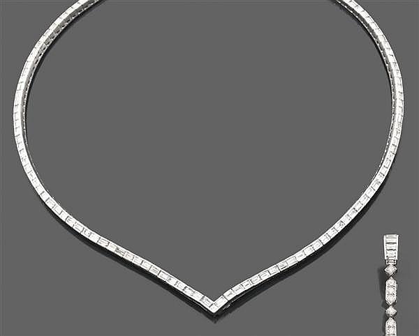 Collier rivière en or gris. Il se compose d'une suite de diamants baguette disposés dans la longueur, terminé au centre par un motif...