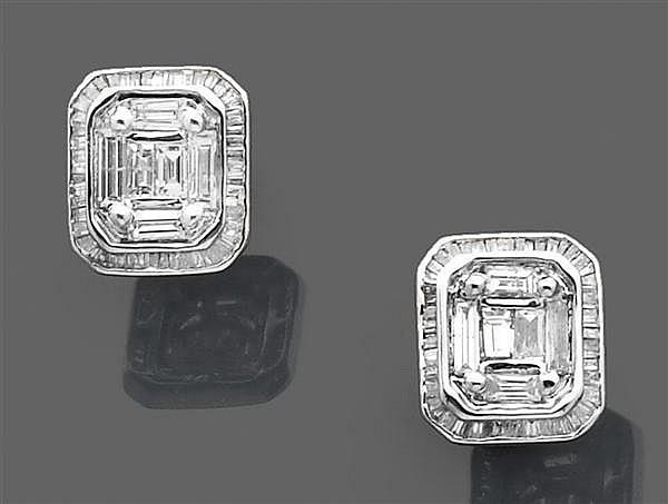 Paire de boutons d'oreilles en or gris, de forme rectangulaire pavés de petits diamants baguette. Poids brut : 6,3 gr. Dimensions : ...