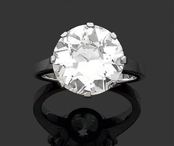 Bague diamant solitaire en or gris, ornée d'un diamant taille brillant (TA) en chaton à griffes. Poids brut : 7,4 gr. Poids du diama...