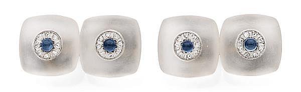 Paire de boutons de manchettes en or gris, de forme carrée en cristal de roche dépoli rehaussés au centre d'une rosace sertie d'un c...