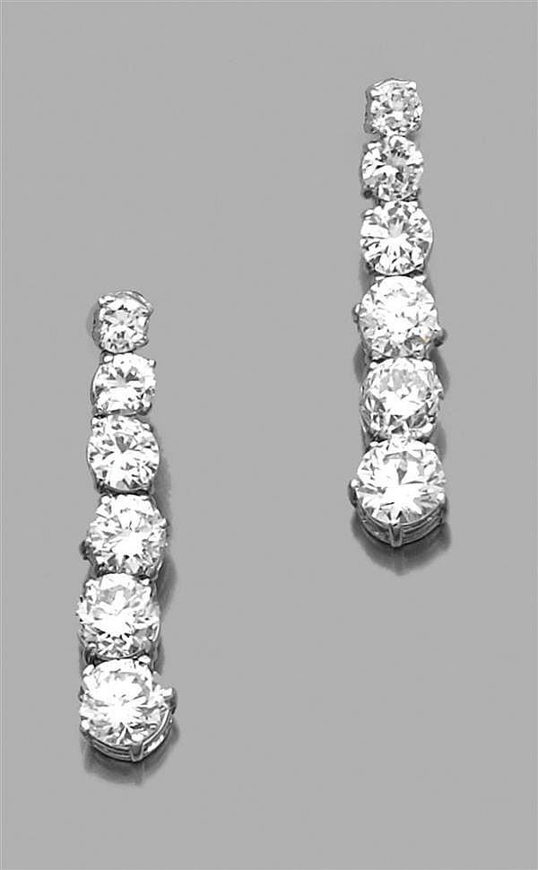 Paire de pendants d'oreilles en or gris
