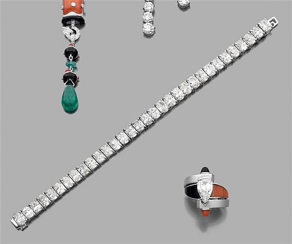Important bracelet ligne composé d'une ligne de trente-trois diamants ovales en chatons à griffes. Monture en or. Poids brut : 44,8 ...