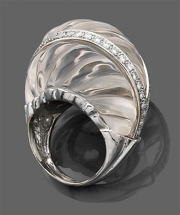 WEBB années 1990 Bague dôme en platine. Elle est formée d'un motif de cristal de roche à godrons ceinturé de deux lignes de diamants...