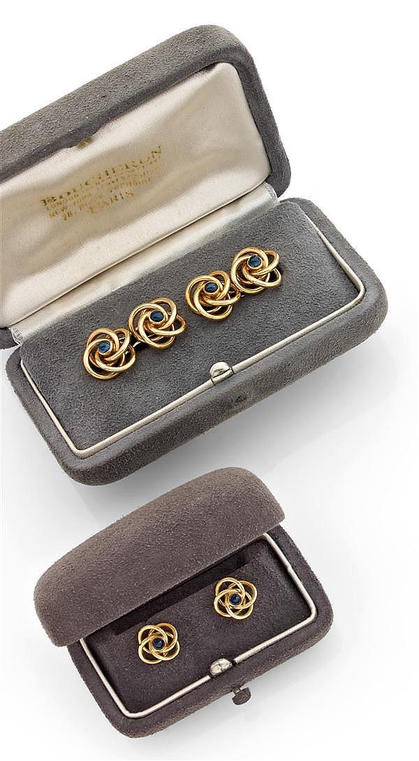 BOUCHERON Années 1960 Parure d'habit en or jaune, à décor de rosaces ponctuées de saphirs cabochons. Elle se compose d'une paire de ...