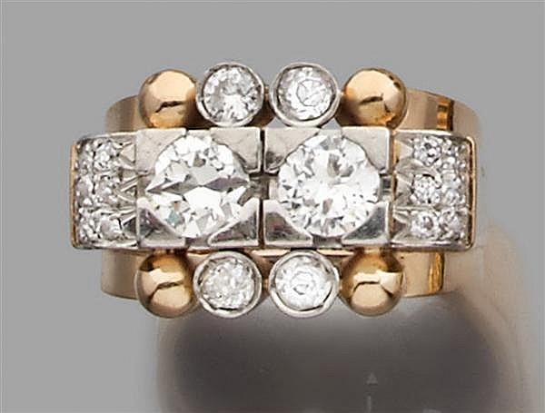 Bague chevalière en or rose et platine, ornée au centre de deux diamants taille brillant (TA) entourés par des motifs sertis de diam...
