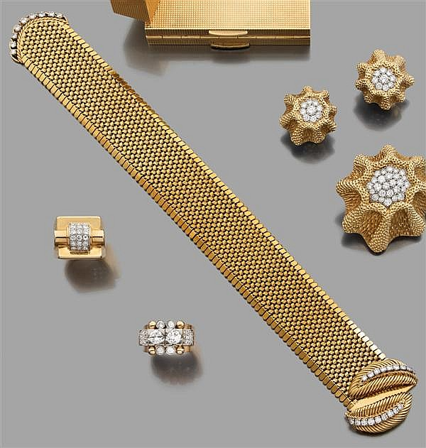Bracelet ceinture en or jaune à maillons vannerie. Fermoir à deux feuilles articulées rehaussées de diamants taille brillant. Travai...