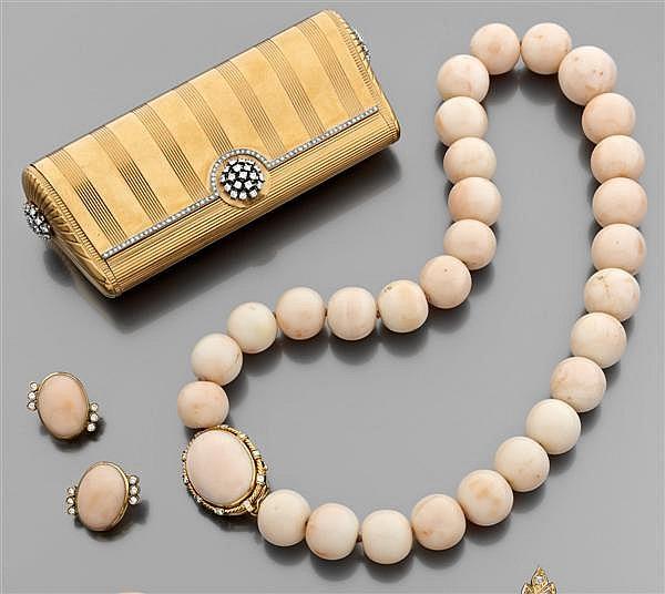 demi-parure comprenant un collier et des clips d'oreilles en corail et or jaune. Le collier est composé de boules de corail rose pal...