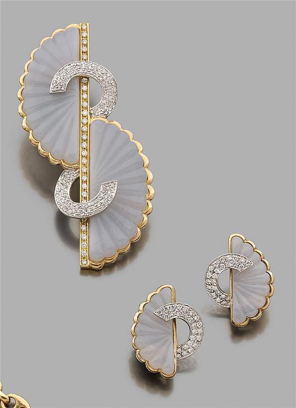 FIODORO Demi-parure en calcédoine bleue en or jaune et or gris. Elle se compose d'une broche composée de deux motifs en calcédoine b...