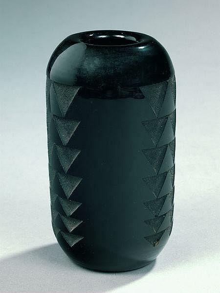 Jean LUCE (1895-1964) Vase ovoïde en épais verre noir, à décor gravé à l''acide de frises verticales de triangles de taille croiss...