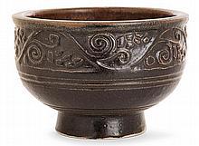 ÉMILE LENOBLE (1876-1939) Coupe creuse en grès sur talon, décor géométrique d'inspiration asiatique, formant frise principale soulignée