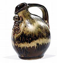 Bode WILLUMSEN (1895-1989) & ROYAL COPENHAGUE (Manufacture) Pichet zoomorphe en grès, à corps ovoïde méplat, prise supérieure coudée, b