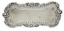 TIFFANY & Co Présentoir à lettres en argent massif, de forme rectangulaire cintrée, large bordure à décor rocaille de feuilles d'aca...