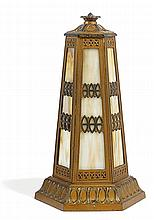 ART NOUVEAU AMÉRICAIN Lampe borne à structure hexagonale en métal doré à patine bronze, décor en bas-relief de frises géométriques f...