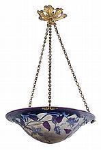 Émile GALLÉ (1846-1904) Suspension, vasque en verre multicouche violet sur fond bleu et satiné à décor gravé à l'acide de clématites...