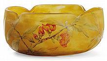 DAUM NANCY Coupe circulaire en verre jaspé jaune, orangé et anthracite, corps quadrilobé, décor gravé à l'acide et émaillé polychrom...
