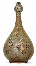 Zsolnay Grand vase bouteille piriforme, en faïence, à col bulbaire, circa 1896, décor persan bleu et or sur fond éosine de feuillage...
