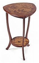 Louis MAJORELLE (Attribué à) Guéridon, piétement tripode rainuré en acajou, tablette inférieure circulaire et plateau triangulé à dé...