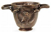 Edgar BRANDT (1880-1960)  Vase cratère en bronze à patine médaille, circa 1920, corps évasé sur piédouche, médaillon central en bas-...