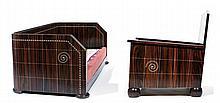 ART DÉCO Salon comprenant un canapé trois places et une paire de fauteuils, en ébène de Macassar et placage d'ébène de Macassar, à d...