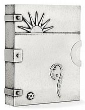 JEAN DESPRÉS (1889-1980) Reliure en métal argenté martelé formant grand coffret parallélépipédique à volet supérieur mobile, charniè...