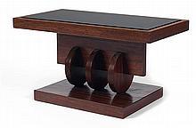 Michel DUFET (1888-1985) Petite table basse rectangulaire en noyer reverni. Piétement accueillant une succession de trois disques ve...