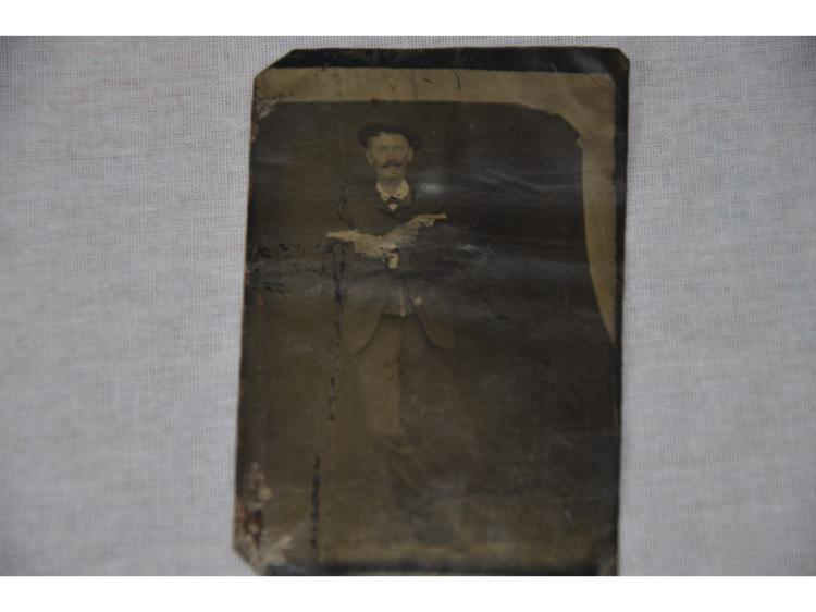 TIN TYPE ORIGINAL PHOTOGRAPH MAN WITH 2 GUNS COLT ? SMITH WESSON ? POST CIVIL WAR.