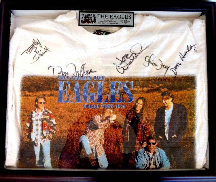 Rock Band THE EAGLES - Tout t-Shirt Signed, Framed