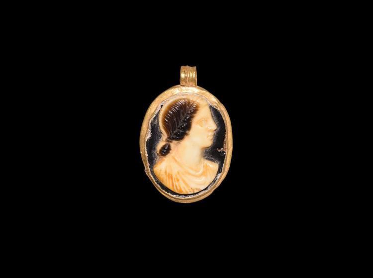 Roman Cameo in Gold Pendant