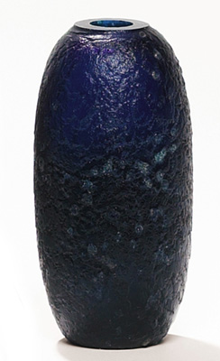 Robert Eickholt vase, cylindrical form in dark blue chipped ice glass, incised signature and dated 1977, 7