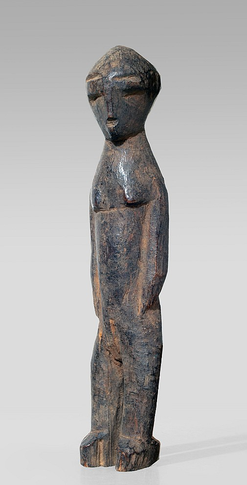 A Lobi sculpture of a spinner like head