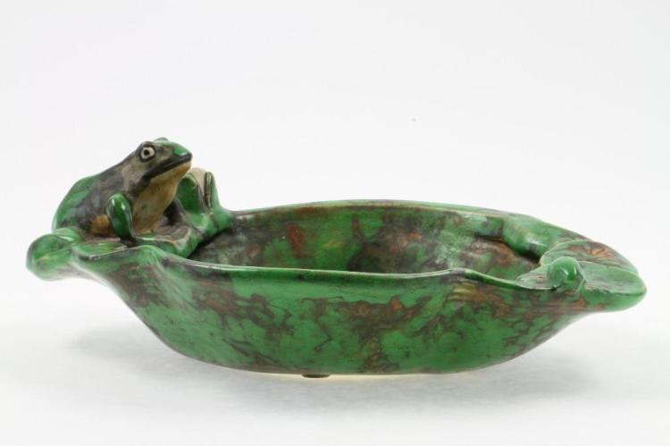 WELLER POTTERY COPPERTONE FROG AND LILY PAD BOWL