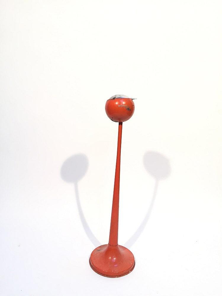 Un cendrier sur pied de forme tulipe en m tal laqu orange for Cendrier exterieur sur pied