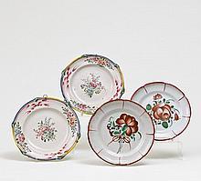 Paar Teller mit Reliefrand und Blumendekor