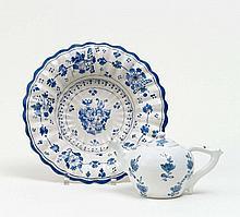 Buckelplatte mit Wappen und Teekanne