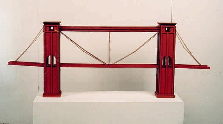 JUNG, KLAUS Hängebrücke. Pappskulptur, rotangestrichene Wellpappe. 60