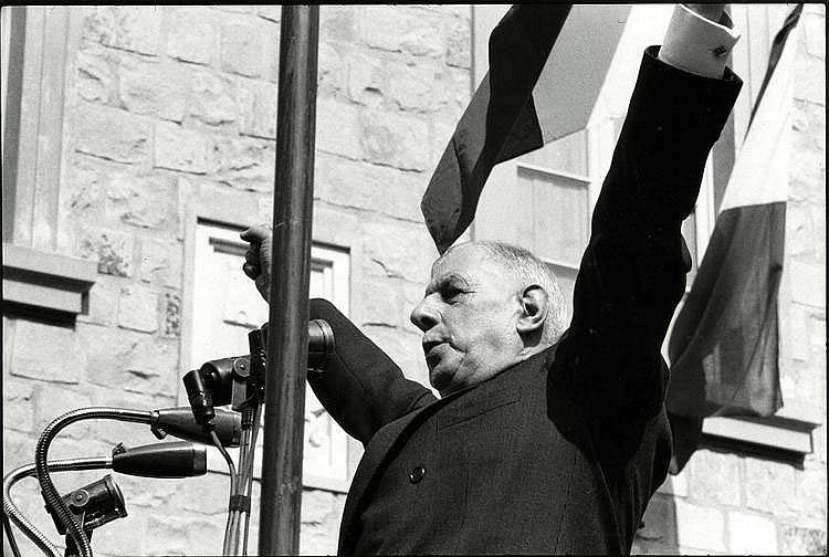 Cartier-Bresson, Henri1908 Chanteloup-en-Brie - 2004 ParisCharles de Gaulle. 1960er Jahre. Vintage. Gelatinesilberabzug. 16,6 x 25cm (18,5 x 26,2cm). Rückseitig Copyrightstempel des Photographen. Agentur- und Sammlungsstempel. Obere Blattkante
