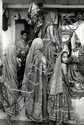 Cartier-Bresson, Henri1908 Chanteloup-en-Brie - 2004 ParisAhmedabad. Indien 1966. Vintage. Gelatinesilberabzug. Passepartout. Rahmen. 29,5 x 19,8cm Rückseitig Copyrightstempel des Photographen. Sammlungsstempel. Bildecken minimal bstoßen. Knickspuren