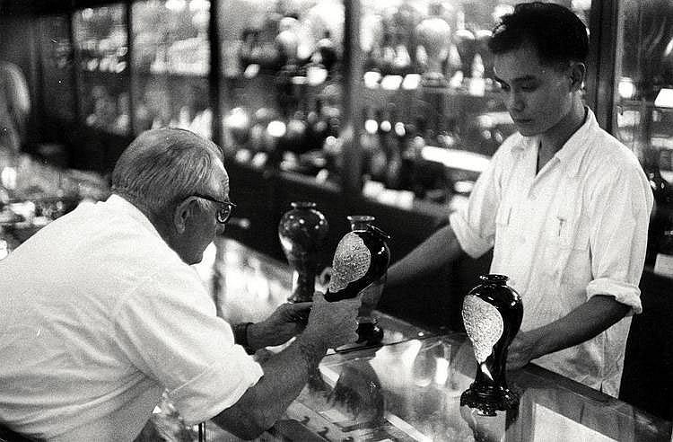 Cartier-Bresson, Henri1908 Chanteloup-en-Brie - 2004 ParisAntikhandel. China 1960er Jahre. Vintage. Gelatinesilberabzug Mitte der 1960er Jahre. 19,5 x 29,3cm Rückseitig Copyrightstempel des Photographen. Zudem Sammlungsstempel. Bildecken und -kanten