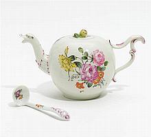 Kleine Teekanne und Senflöffel