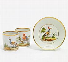 Zwei Tassen und eine Untertasse mit Vögeln vor Landschaft