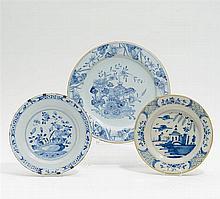 3 Teller mit blauem und weißem Dekor