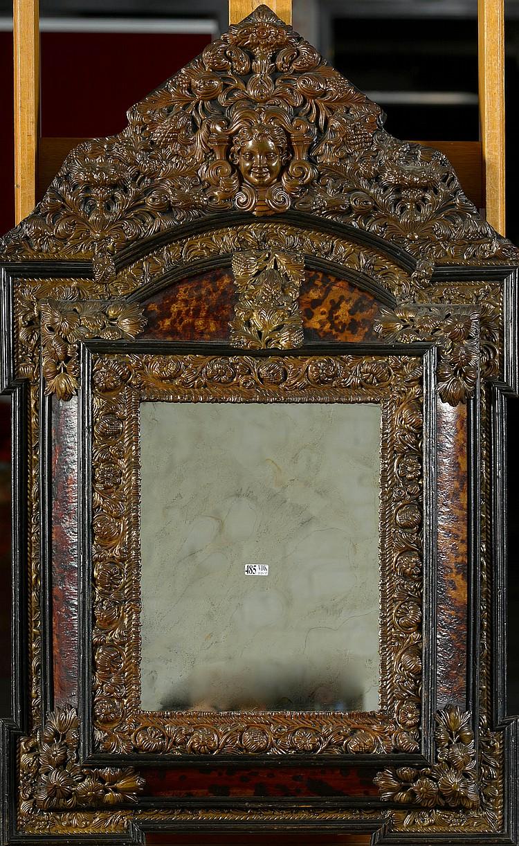 Miroir de style louis xiv en bois noirci cuivre repouss et for Miroir louis xiv