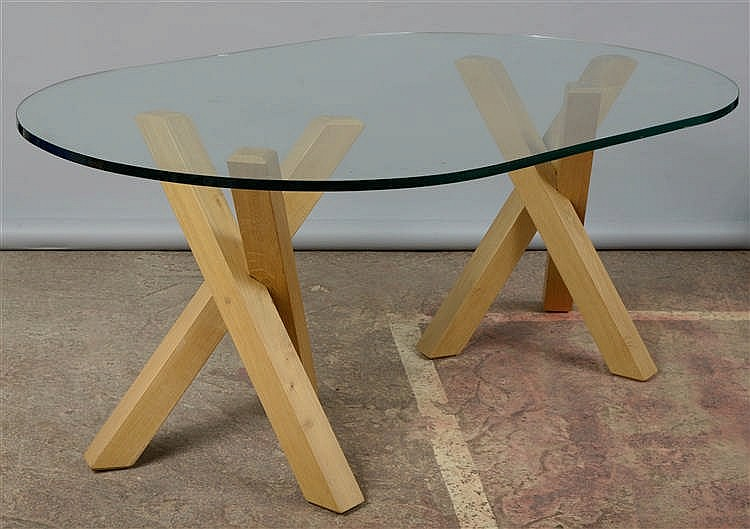 Table ovale en verre incolore au double pi tement tripode en - Table bois naturel ...