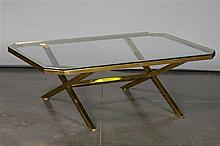 Table de salon rectangulaire aux angles coupés en laiton doré. Pieds en X r